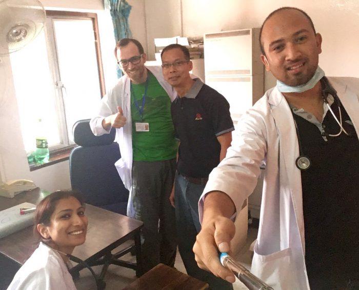 Pharmavertreter schenkten uns diesen selfiestick.  Von links unten nach rechts oben: Dr. Angela, morzl, George, Dr. Anup