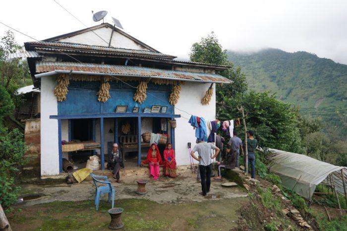 Gemütliches Beisammensein vor Bishnus Haus