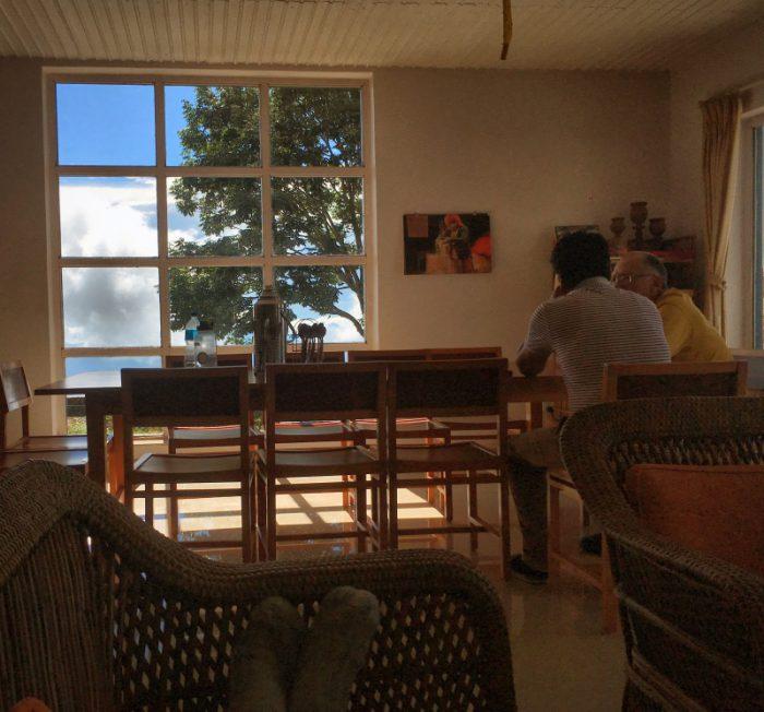 """Noch mehr Bilder für all unsere Bilderfreunde: Meine Aussicht vom """"Sofa"""" aus dem Fenster. Im Vodergrund unser Esstisch mit Krishna und Klaus im Diskurs vertieft. Im Hintergrund meine Schafswollsocken - nicht aus der Wolle der obigen """"Schafe""""."""