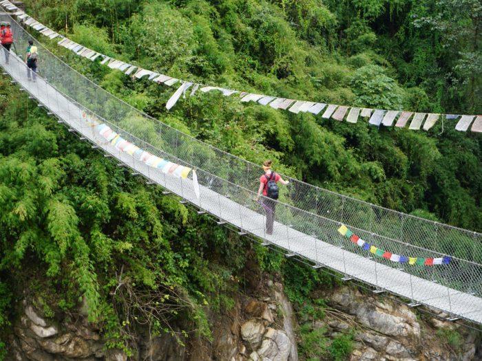 Flussüberquerung auf vertrauenserweckender Brücke.