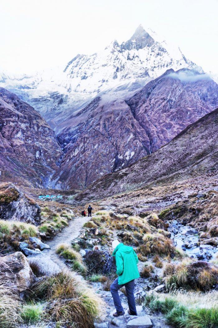 Blick hinunter zum Machapuchre (im Hintergrund) Base Camp vom Weg zum Annapurna Base Camp.