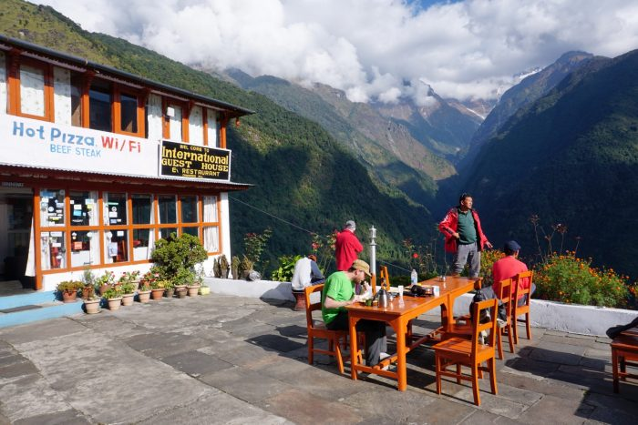Pizza, WiFi und Berge in Chomrong