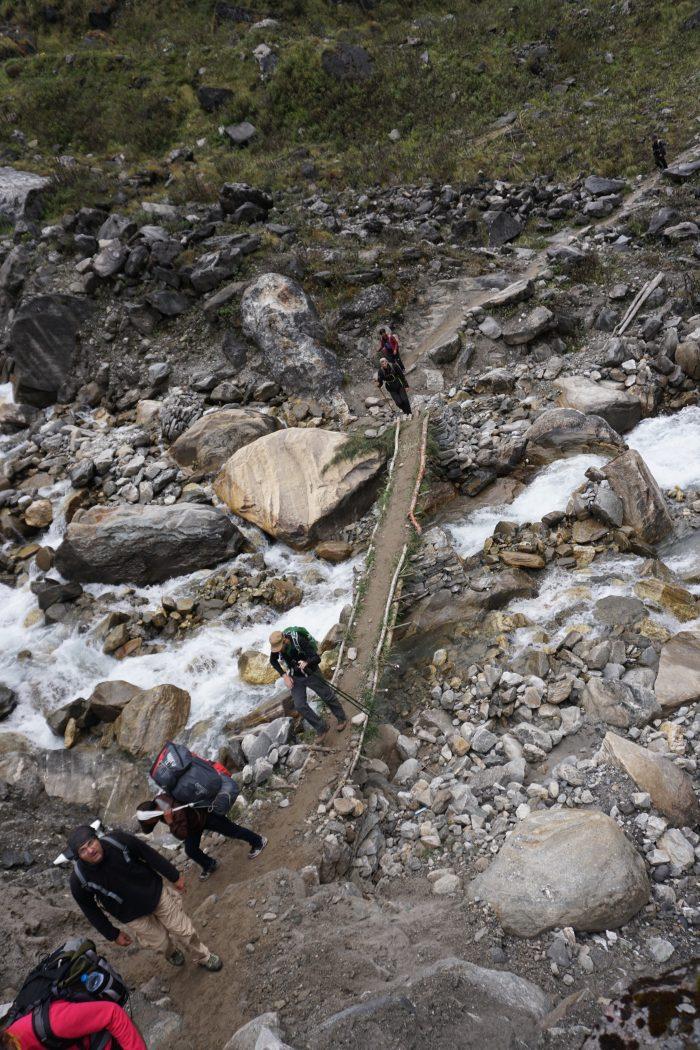 Flussüberquerung auf NICHT vertrauenserweckender Brücke (Holzleiter zwischen deren Sprossen Grasbüschel gestopft wurden, dann ein bisschen Erde drüber - perfekt!)