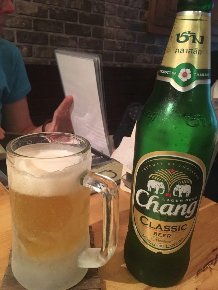 Local Beer in eiskaltem Glas.