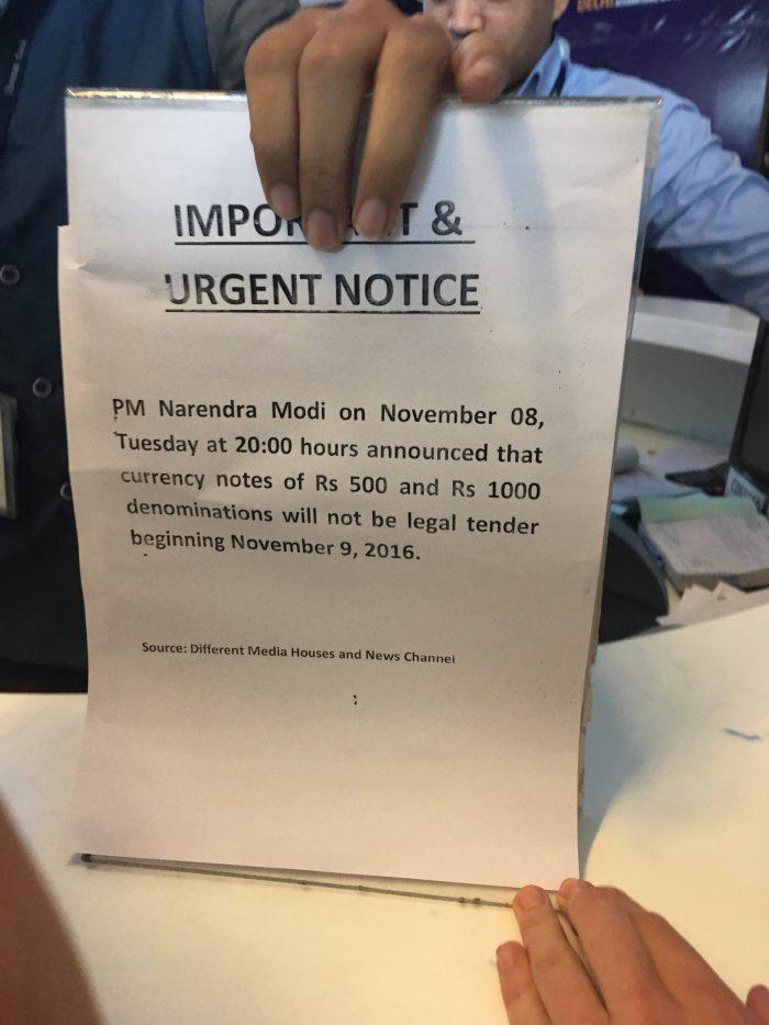 Stein des Anstoßes. Auf der Rückseite kleben übrigens noch die eigentlichen Bedingungen, die Foreigners zugestehen bis zu 10000 INR zu wechseln...
