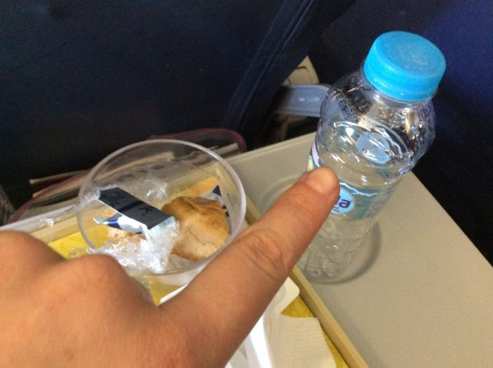 Uli, die süße, aber doch sehr kleine Wasserflasche, die man auf jedem Jet-Airways Flug kriegt. 200ml. Reicht doch fein für 4,5h Flugzeit aus.